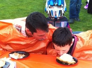 Pumpkin pie eating3